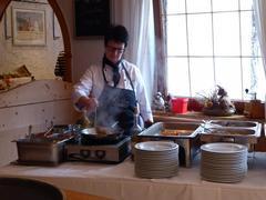 Die Cheffin des Hauses bereitet zum Herbst-Brunch Speisen vor Ihren Augen zu